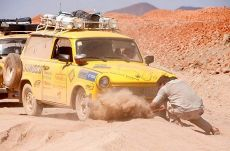 Trabantem Afrikou: Highway to Hell a autobus spálený na uhel